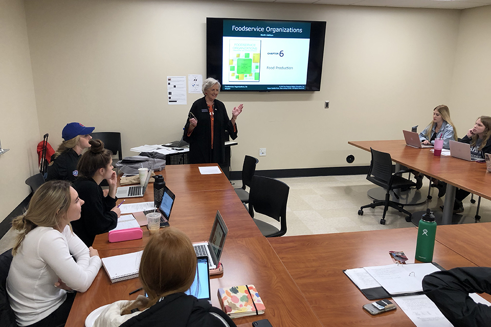 Linda Godfrey teaching a nutrition class.